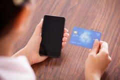 Affärskvinnadanandebetalning på mobiltelefonen royaltyfri fotografi