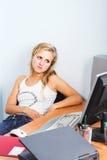 affärskvinnadatorbärbar dator som är modern av unga arbeten Fotografering för Bildbyråer