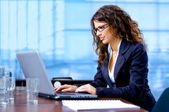 affärskvinnadatorworking arkivfoto