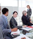 affärskvinnadiagram som rapporterar försäljningar Arkivfoton