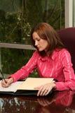 affärskvinnaförslagwriting arkivbilder