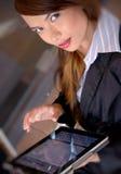 affärskvinnaförtroende ser allvarligt Arkivbild