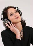 affärskvinnafavorit henne lyssnande musik till royaltyfria foton