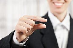 affärskvinnafinger som klämmer tecknet Royaltyfri Foto