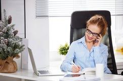 Affärskvinnafreelancer som arbetar på en dator på jul Royaltyfri Foto