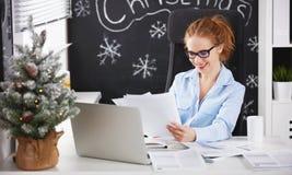Affärskvinnafreelancer som arbetar på en dator på jul Royaltyfria Bilder