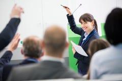 AffärskvinnaGiving Presentation To kollegor i hörsal royaltyfri fotografi