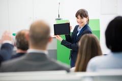 AffärskvinnaGiving Presentation To kollegor på den Digital tabellen royaltyfria foton