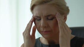 Affärskvinnagnuggbildtempel och att oroa för stopptid och att lida från migrän lager videofilmer