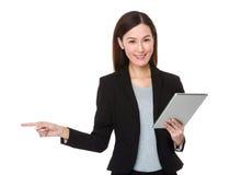 Affärskvinnahållen med minnestavlan och fingret pekar åt sidan Arkivbilder