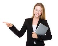 Affärskvinnahållen med minnestavlan och fingret pekar upp Royaltyfri Fotografi