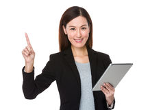 Affärskvinnahållen med minnestavlan och fingret pekar upp Arkivfoton