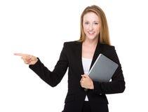 Affärskvinnahållen med minnestavlaPC och fingret pekar åt sidan Royaltyfri Fotografi