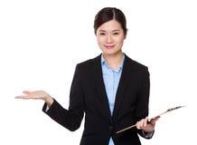 Affärskvinnahållskrivplattan och öppnar handen gömma i handflatan Royaltyfri Bild