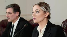 Affärskvinnahögtalaren svarar journalistfrågorna på presskonferens stock video