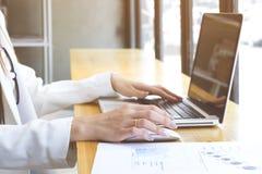 Affärskvinnahand som arbetar på datorbärbara datorn Arkivfoto