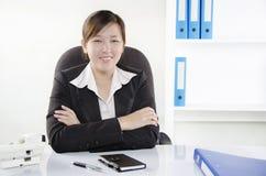 Affärskvinnahand som korsas på skrivbordet Arkivfoton