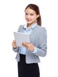 Affärskvinnahandlag på den digitala minnestavlan Fotografering för Bildbyråer
