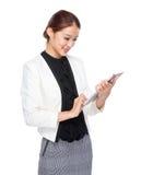 Affärskvinnahandlag på den digitala minnestavlan Arkivbild