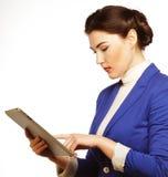 Affärskvinnainnehav en tabletdator Arkivbild