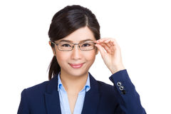 Affärskvinnainnehav henne exponeringsglas fotografering för bildbyråer