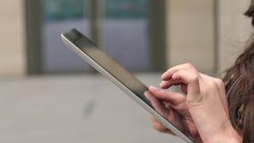 Affärskvinnainnehav i händer minnestavla, närbild lager videofilmer
