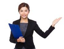 Affärskvinnainnehavet med skrivplattan och öppnar handen gömma i handflatan Royaltyfri Bild