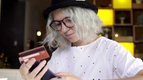 Affärskvinnaköpbiljetter med smartphonen stock video