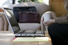affärskvinnakaffebärbar dator Arkivfoton