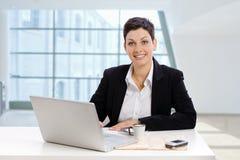 affärskvinnakontorsworking royaltyfri fotografi