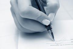 affärskvinnakontraktskrivning Arkivbild