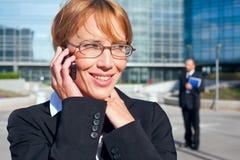 affärskvinnakonversation som har telefonen Royaltyfria Bilder