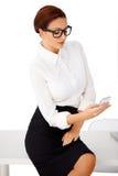 Affärskvinnaläsning ett textmeddelande Royaltyfri Foto