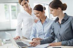 Affärskvinnalag som arbetar på skrivbordet Arkivfoton
