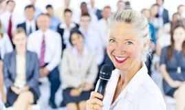 AffärskvinnaLeadership Presentation Cooperation begrepp arkivbilder