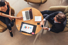 Affärskvinnamöte med affärsmannen på kontorslobbyen Royaltyfri Foto