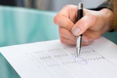 Affärskvinnamarkeringsdata på ett affärsplan arkivbild