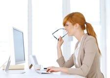 Affärskvinnamaskinskrivning på datoren Royaltyfria Foton