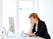 Affärskvinnamaskinskrivning på datoren Arkivfoton