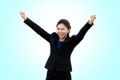 Affärskvinnan är slagställning firar i bakgrund Arkivfoton