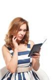 Affärskvinnan använder en ebook Arkivfoto