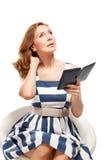 Affärskvinnan använder en ebook Royaltyfri Fotografi