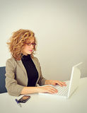 Affärskvinnan arbetar med bärbara datorn Royaltyfri Fotografi