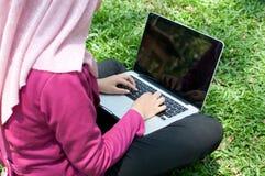 Affärskvinnan arbetar med bärbara datorn Royaltyfria Foton