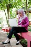 Affärskvinnan arbetar med bärbara datorn Arkivbild