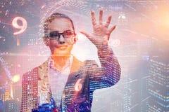 Affärskvinnan av den digitala åldern i begrepp Arkivfoton