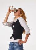 Affärskvinnan dricker kaffe Arkivfoto