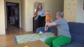 Affärskvinnan efter arbete och den trötta mannen med behandla som ett barn 4K stock video