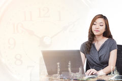 Affärskvinnan för dubbel exponering kontrollerar aktiemarknadgrafen av oljeraffinaderiet eller energi Arkivfoto