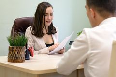 Affärskvinnan för intervjun den unga grabben i kontoret Royaltyfri Bild